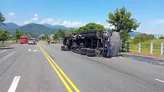 宜蘭滿載硫酸槽車失控翻覆 消防人員急處理