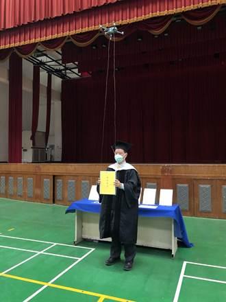 遠東科大畢業典禮 無人機送畢業證書