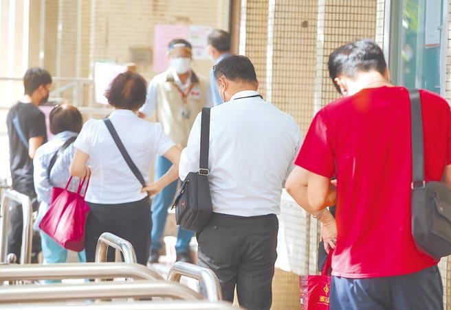 申請勞工紓困貸款的民眾爆量,勞動部昨天宣布暫緩受理新申請案。(本報資料照片)