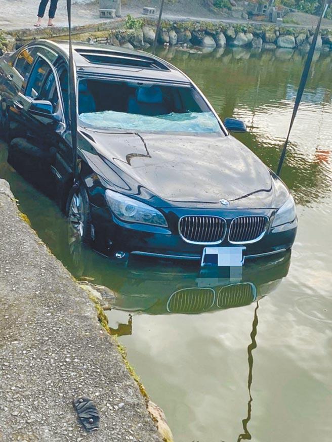 一輛BMW轎車去年2月衝入淡水小坪頂魚塭慘遭滅頂,刑事局追查發現竟是嫌犯為了詐領保險金自導自演。(翻攝照片)