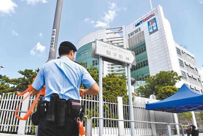 壹傳媒集團行政總裁張劍虹、《蘋果日報》總編輯羅偉光遭香港警方正式起訴,19日將開庭。圖為17日港警搜查蘋果日報社後解封現場。(中新社)