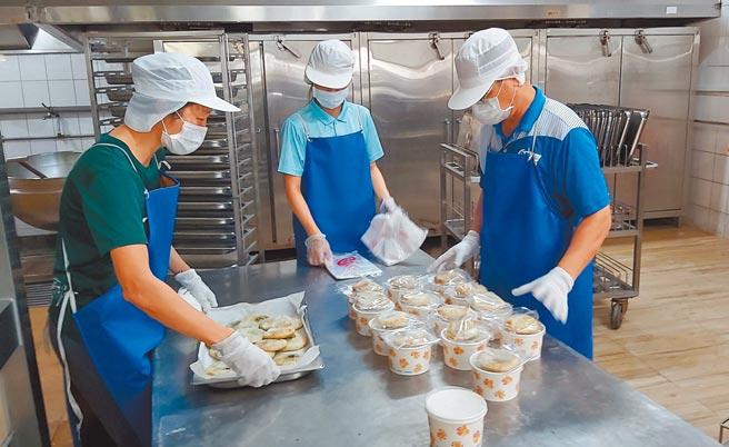 疫情停課期間,台南市開元國小仍備餐給弱勢家庭的學生。(台南市教育局提供/曹婷婷台南傳真)