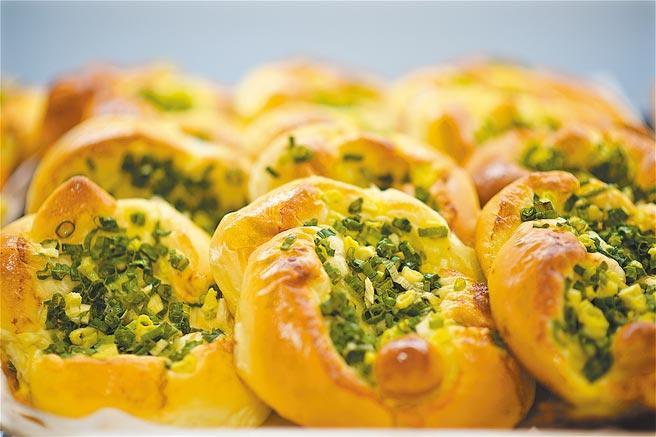 外貌樸實引人涎香的「蔥花麵包」為普諾麵包坊的明星商品。(神旺大飯店提供)