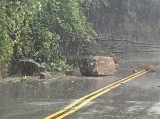 台8線20K大巨石掉落躺路中 員警冒雨交管維護安全