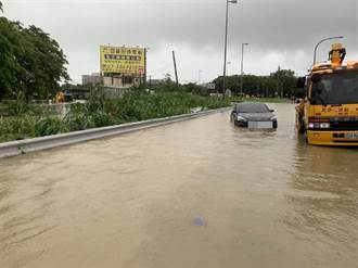 大雨淹半個輪胎高 高雄孕婦卡國道交流道