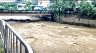 雨炸南投 竹山交流道水深及膝、街仔尾溪黃水奔流