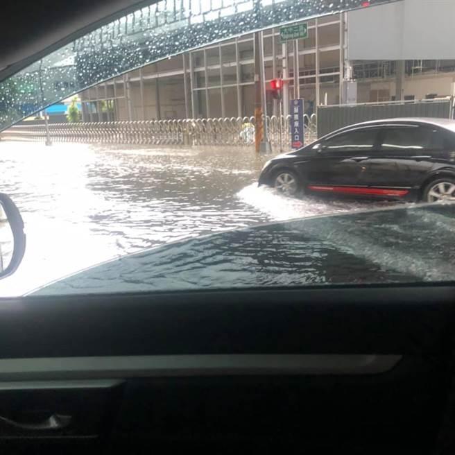 高雄文慈路與大中路口淹水、民族路往北中華電信對面的慢車道也淹。(翻攝自高雄大小事FB)