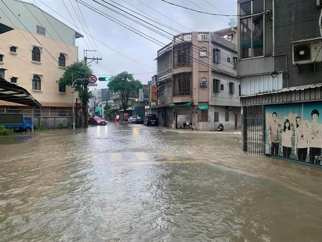 高雄大社區今早出現積淹水狀況。(擷取自臉書高雄市大社區大社人)
