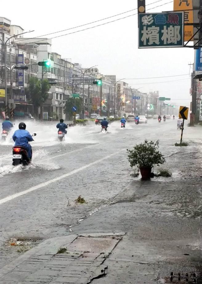 高雄仁武區今早出現積淹水狀況。(擷取自臉書仁武人大小事)