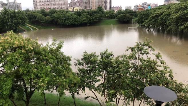 受到西南風的影響,高雄市20日凌晨開始出現雨勢,清晨又瞬間豪大雨,造成三民區寶業里滯洪池已滿水位。(民眾提供/林雅惠高雄傳真)