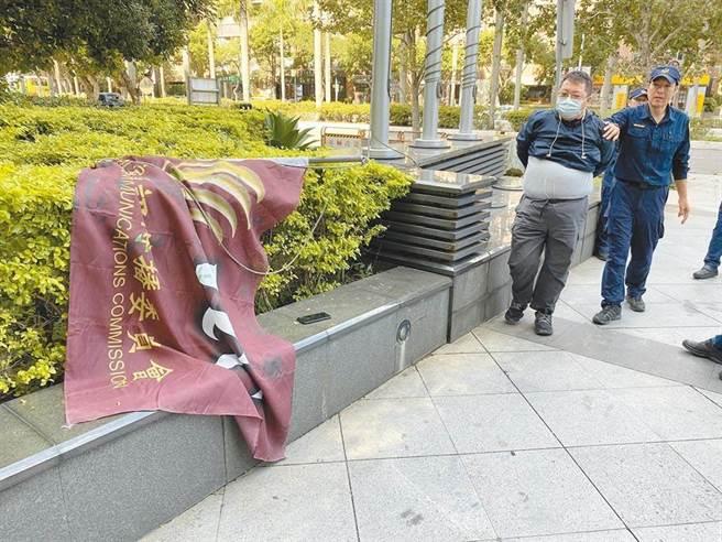 不滿NCC駁回中天換照,田山盛國噴漆NCC旗幟抗議。(本報資料照片)