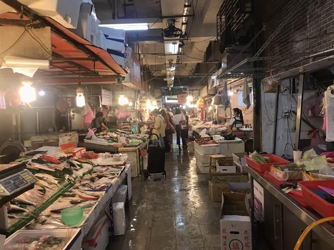 基隆市長林右昌表示,若疫情持續穩定,成功、仁愛市場將分別於6月23、24日復市。(陳彩玲攝)