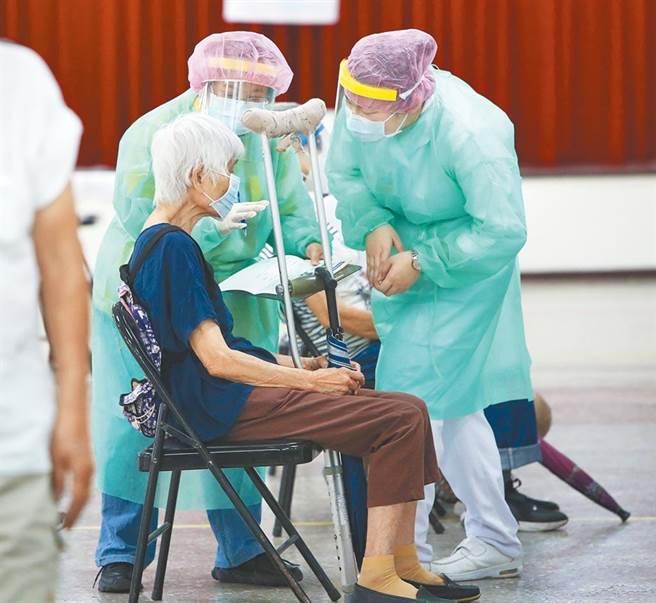 近期不斷出現接種AZ疫苗的死亡案例,也因此出現放眼美國莫德納疫苗的緩打潮。(鄭任南攝)