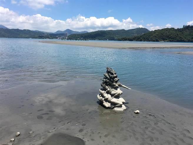 圖為日月潭著名的「九蛙疊像」,日前因水位下降脫離水域。(資料照/沈揮勝攝)