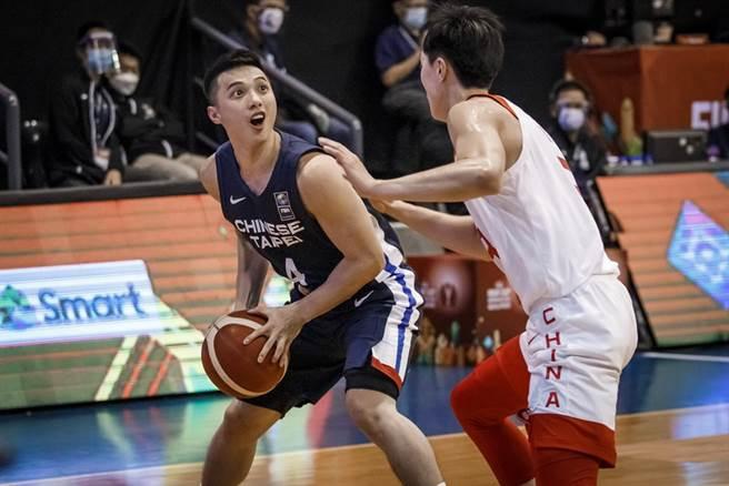 中華隊後衛李漢昇面對大陸球員防守,準備找尋突破空間。(取自FIBA官網)