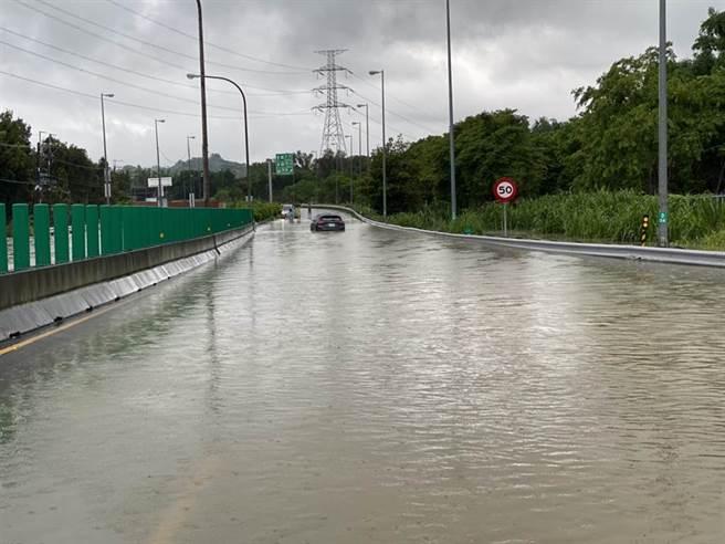 高雄市燕巢區義大醫院往國道10號方向路面積水,積水高度約半個輪胎高以上。(民眾提供/林雅惠高雄傳真)
