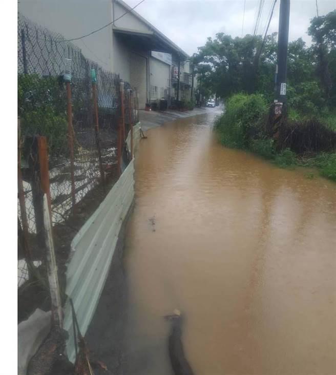 受到西南風的影響,高雄下起豪大雨,大樹區不少道路淹水成「黃河泥漿」。(民眾提供/林雅惠高雄傳真)