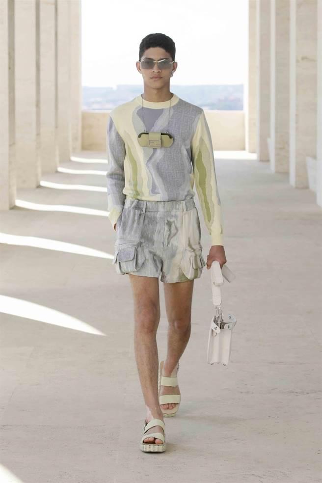 FENDI 2022年春夏男裝系列將經典包款Baguette縮小成「小廢包」,掛脖上。(FENDI提供)