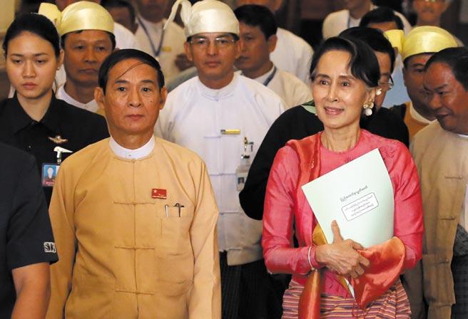 中國常駐聯合國代表張軍18日在安理會審議緬甸問題時表示,希望各方尊重緬甸主權,為緬甸國內政治和解營造有利外部環境。這是2018年3月28日在緬甸內比都拍攝的溫敏(前左)和昂山素季(前右)的資料照片。(新華社)