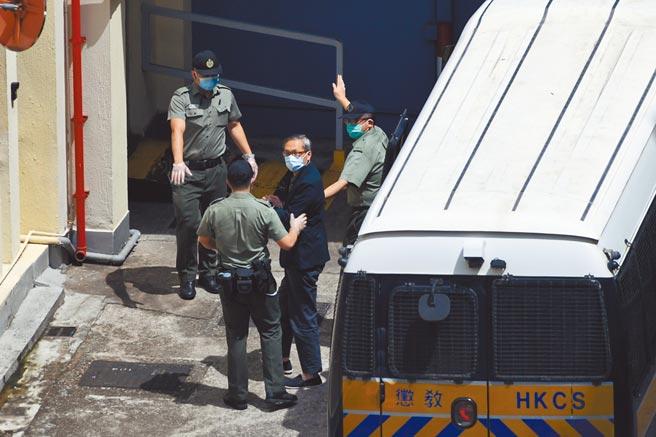 香港壹傳媒行政總裁張劍虹(右二),於19日被押至荔枝角收押所。(中新社)