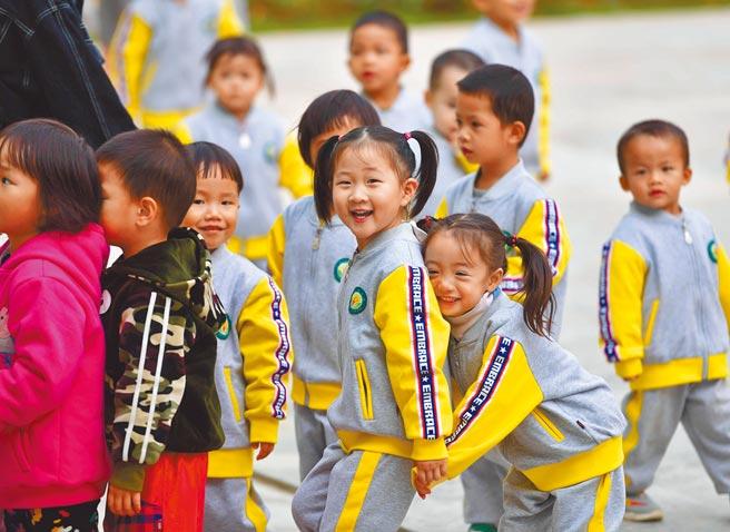 大陸實施三孩政策,大陸部分城市的調查顯示,農村生育意願高於城市。圖為廣西一扶貧重點縣的幼兒園。(新華社)