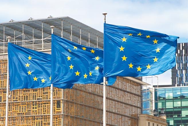 歐洲議會「國際貿易委員會」17日促請歐盟採取「歐盟─中國新戰略」,呼籲歐盟與台灣展開對話。圖為歐盟旗幟在比利時布魯塞爾的歐盟總部外飄揚。(新華社)