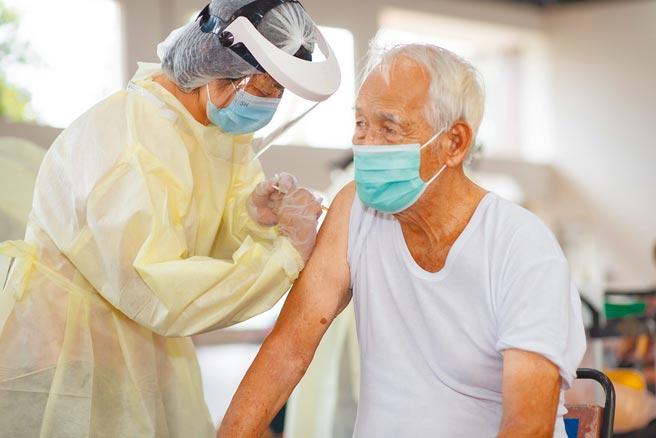 南投縣昨開放第二批AZ疫苗接種,有長者一早到埔里接種站施打疫苗。(南投縣政府提供/林欣儀南投傳真)