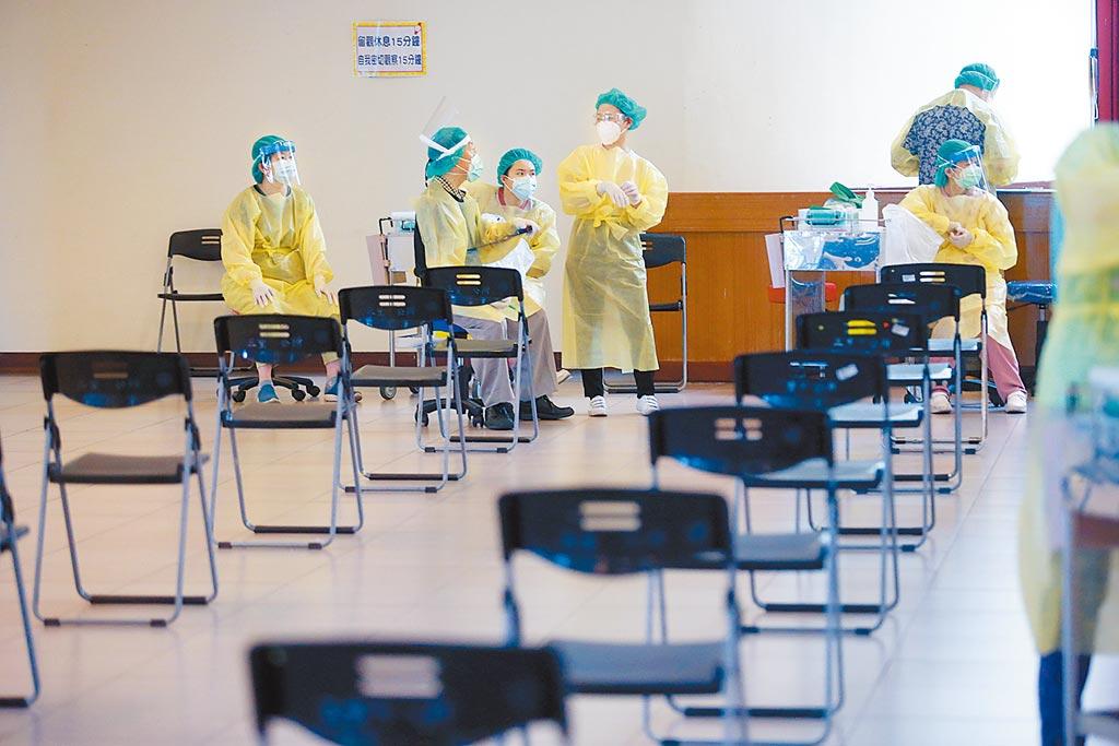 本土新冠肺炎疫情延燒,台灣自15日大規模接種AZ疫苗以來,累計通報死亡案例上升,疫情指揮中心呼籲民眾在未釐清因果關係前,不要卻步不打疫苗;位於新北市三重小巨蛋的接種站,20日前往接種的民眾人數似乎有下降的趨勢,醫護人員堅守崗位等待民眾前來。(陳信翰攝)