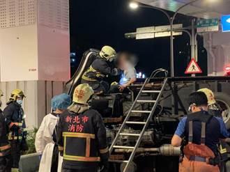 警獲報男子持槍遭人追逐 警偵防車馳援擦撞貨車車頭全毀