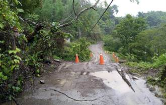 大雨沖刷青山巷道路路基 六龜警方封鎖道路