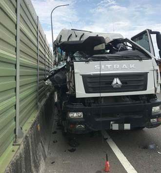 保時捷台65鬼切2線道 水泥車追撞後狠撞隔音牆車頭全爛
