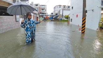 台南永康巷弄淹水3小時 慘淪池塘