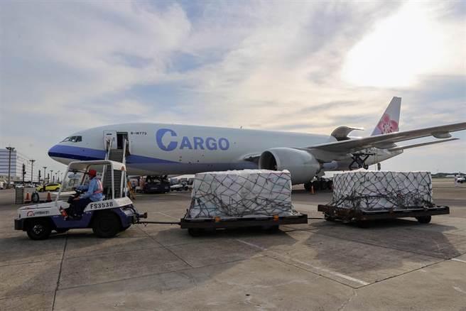 美國捐贈台灣250萬劑莫德納疫苗,由華航CI5169專機載運,於20日下午4時30分抵達桃園機場。(陳麒全攝)