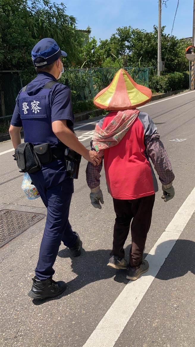 86歲老婦撿拾資源回收迷途警護送返家。(警方提供/呂筱蟬桃園傳真)