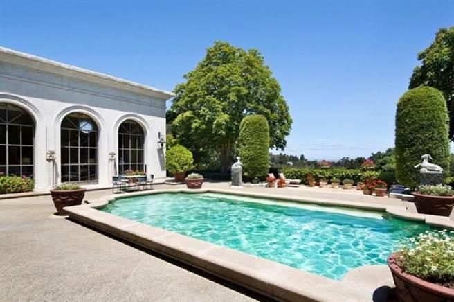 馬斯克的豪宅還設有游泳池。(圖/翻攝自Realtor.com)