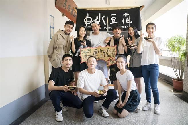 周興哲(後排中)直接把知名的文青風豆花店請到拍攝現場,慰勞辛苦的劇組。(華映提供)