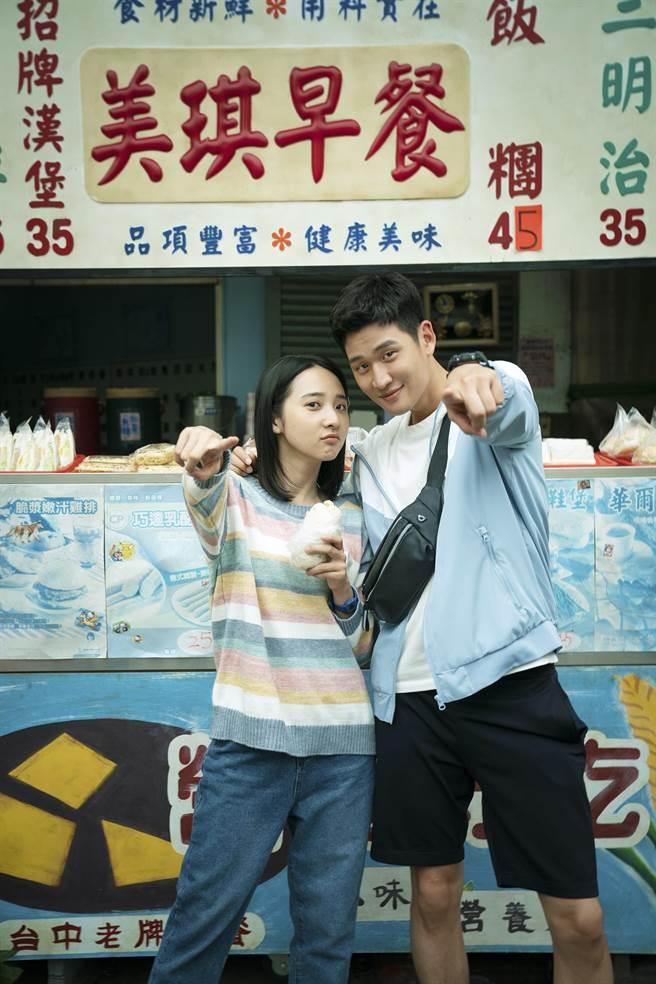 李沐(左)、周興哲因拍攝《我吃了那男孩一整年的早餐》,建立了好友誼。(華映提供)