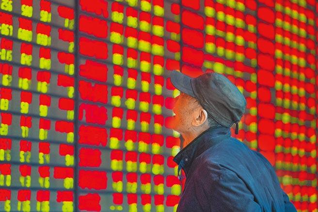 短短10年間,大陸A股市值領先公司已換一番新氣象。整體變成民營企業崛起、新經濟行業占比上升、產業新舊更替明顯加快的真實寫照。圖為2017年底,南京投資者在交易廳關心股票漲跌。(新華社)