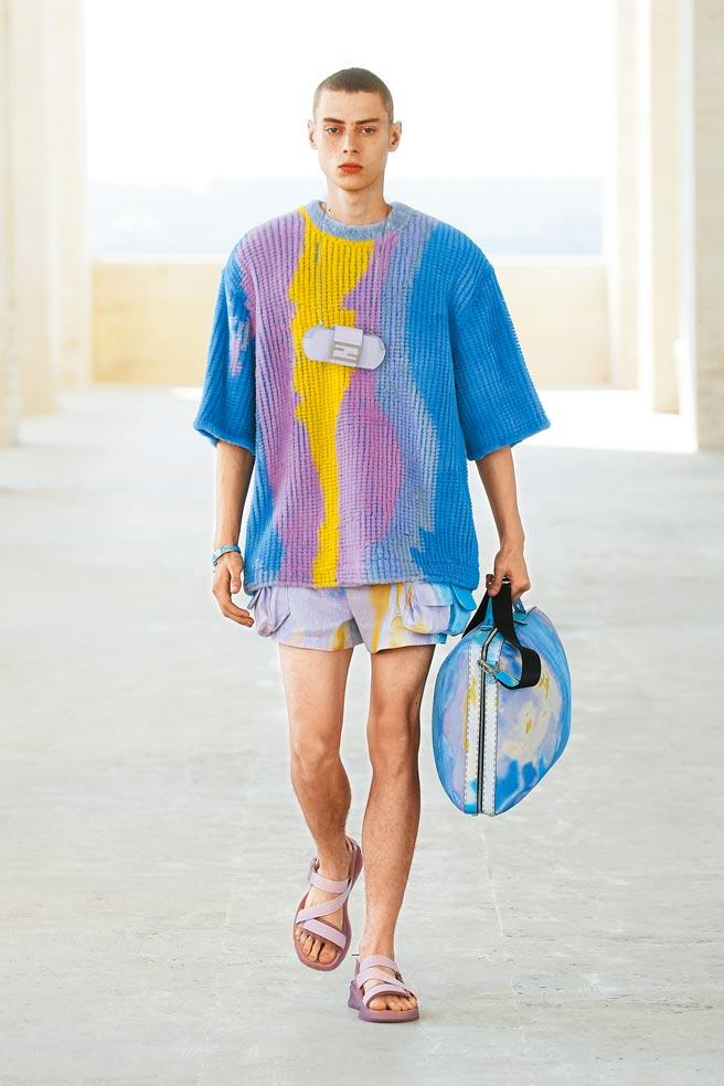 FENDI 2022年春夏男裝系列將經典包款Baguette縮小成「小廢包」掛脖上。(FENDI提供)