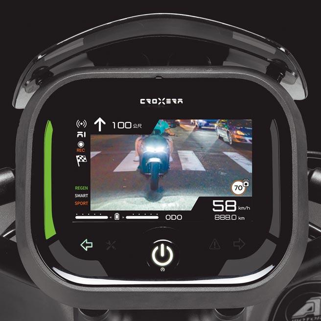 搭配行車紀錄器後,DAPS死角預防系統可顯示車尾即時影像。(宏佳騰提供)