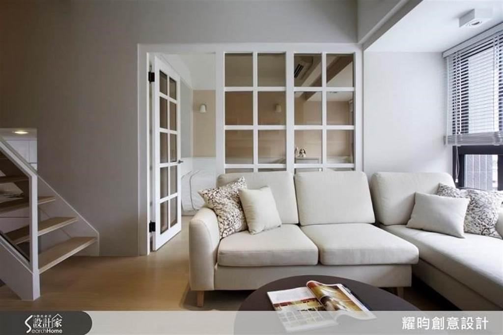 利用純白色成功將 20 坪空間放大,並營造休閒清新的紓壓氛圍。