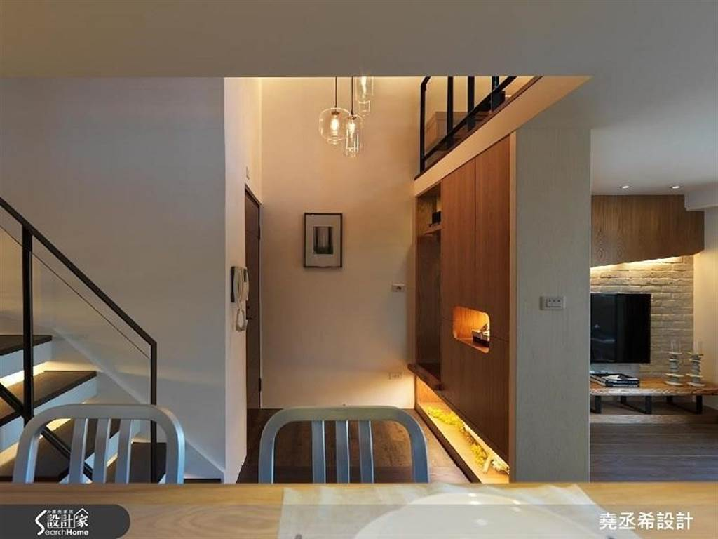 靈活運用階梯下畸零處,設置展示收納櫃並打造間接燈光,作為輔助燈光。