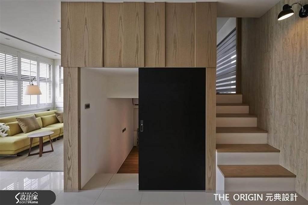 利用錯層方式打造出兩間臥房,另外在門片內增加隱藏收納機能。