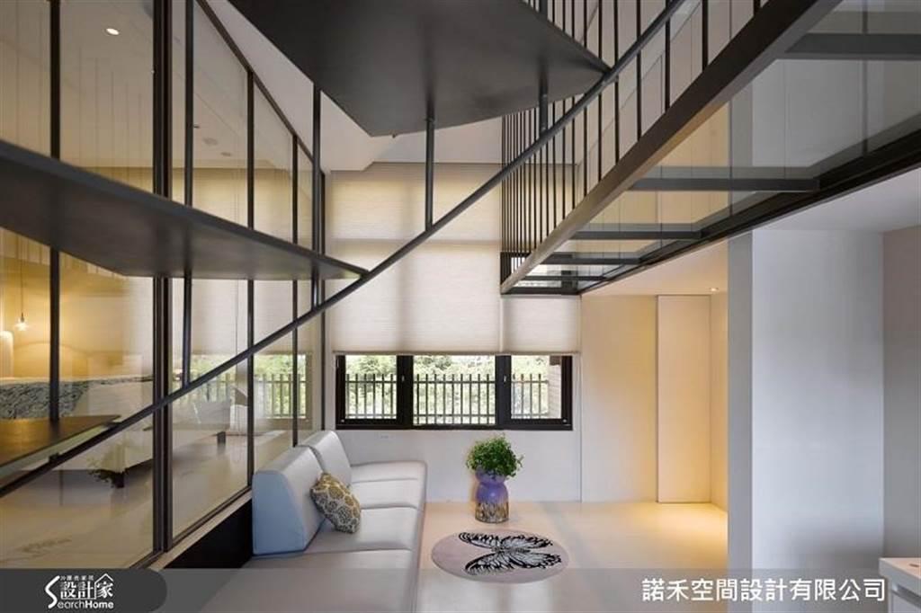 以大面積透明強化玻璃做隔間,使 12 坪空間超開闊且光線自然流暢於室內。
