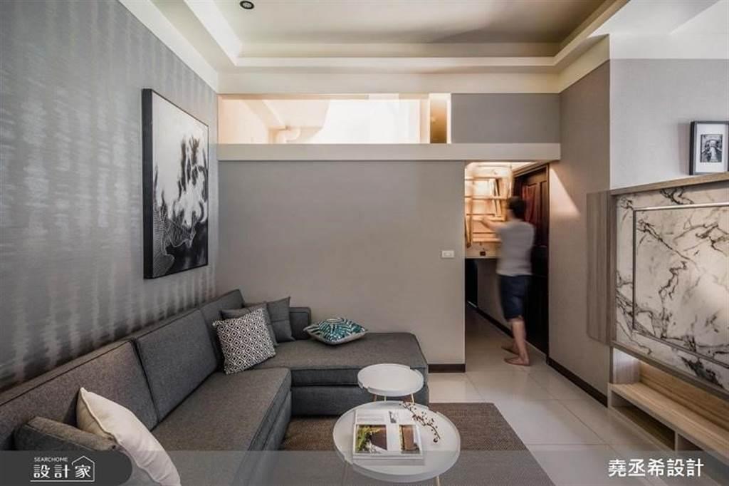 利用伸縮式樓梯將 20 坪小屋的夾層瞬間隱藏。