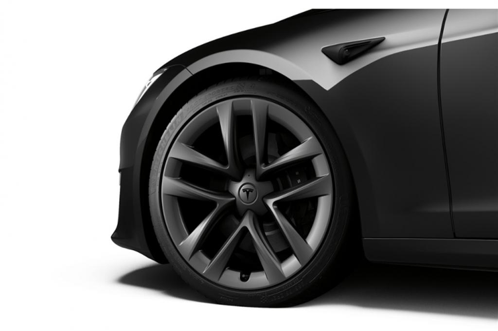 Model S Plaid 極速 322km/h 有條件:除了合適輪圈和車胎,還要等軟體更新才行