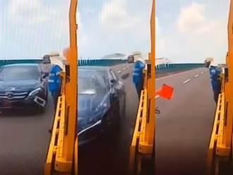 賓士直衝險撞工程車 工人秒緊貼牆壁差30公分險淪肉餅