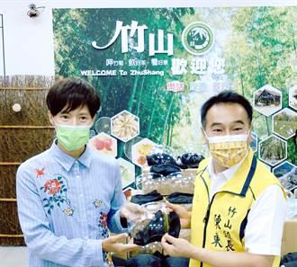 林語菲回饋家鄉獻愛心 捐贈竹山鎮公所100個防疫面罩