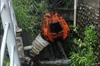 雨彈狂炸!員林清潔隊疲於奔命 堵塞水溝夾出千公斤垃圾