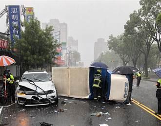大雨造成貨車打滑翻車 2駕駛及懷胎7月孕婦共3人送醫